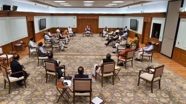 Lockdown: पीएम मोदी की अध्यक्षता में हुई मंत्रिमंडल की बैठक, सभी ने किया सामाजिक दूरी का पालन