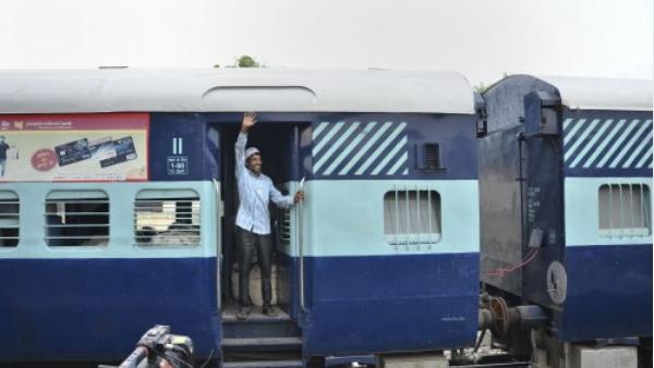 इसे भी पढ़ें- Special Train: रेलवे ने इन स्पेशल ट्रेनों की टाइमिंग में किया बदलाव, सफर से पहले जरूर देख लें लिस्ट