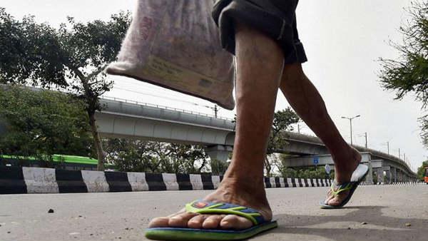 Lockdown में घरवालों से मिलने 12 दिनों में 1600 KM पैदल चलकर गांव पहुंचा मजदूर, 4 घंटे में हुई मौत