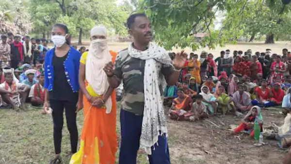 नक्सलियों के बीच से छुड़ाकर पुलिसकर्मी पति को छुड़ा ले गई पत्नी, पुलिस की नौकरी आगे नहीं करने पर बख्शी जान