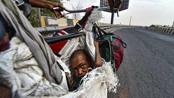 साइकिल पर बोरे से दिव्यांग बेटी को लटका दिल्ली से यूपी के लिए निकला मजदूर परिवार, रुला रहीं तस्वीरें
