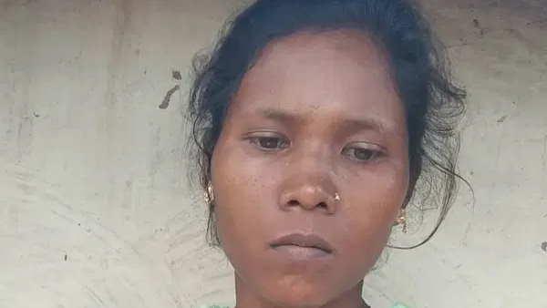 पति और देवर की जान बचाने के लिए टांगी लेकर नक्सलियों से अकेली भिड़ गई थी बिनीता, एसपी ने किया सम्मानित