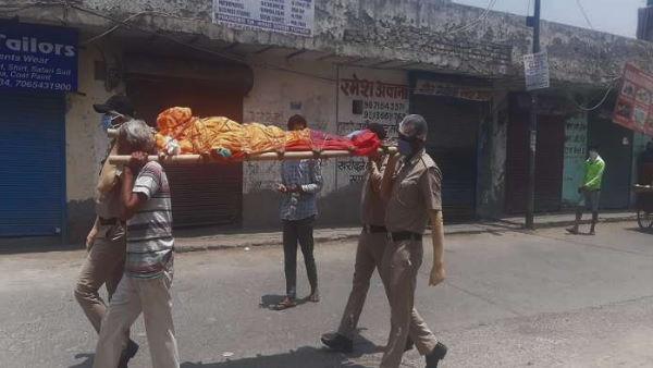 पड़ोसियों ने अर्थी ले जाने से किया इनकार, शव को कंधा देने पहुंची दिल्ली पुलिस