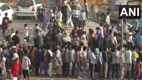 इसे भी पढ़ें- दिल्ली-गाजीपुर बॉर्डर पर प्रवासी मजदूरों की भारी भीड़, CM योगी आदित्यनाथ के आदेश के बाद यूपी में नहीं दी गई एंट्री