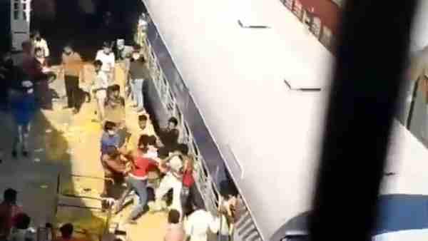 ये भी पढें:- VIDEO: प्रवासी श्रमिकों ने कानपुर सेंट्रल स्टेशन पर लूटे खाने के पैकेट, 30 घंटे से भूखे-प्यासे थे