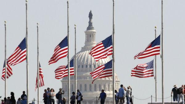 अमेरिका: कोरोना से मृतकों का आंकड़ा 1 लाख होने को, राष्ट्रपति ट्रंप ने दिया राष्ट्रीय ध्वज आधा झुकाने का आदेश