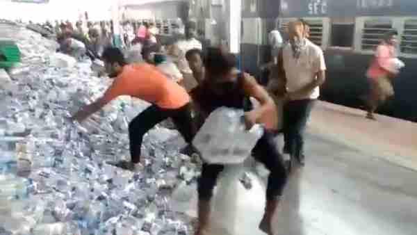 इसे भी पढ़ें- VIDEO: PDDU जंक्शन पर प्रवासी श्रमिकों ने लूट लीं पानी की बोतलें, जिसके हाथ में जितनी आईं ले गया
