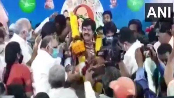 Video: आंध्र प्रदेश सरकार के एक साल का जश्न, मंत्री और सांसद ने उड़ाई सोशल डिस्टेंसिंग की धज्जियां