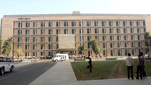 गुजरात में चलने लगीं बसें, खुले सरकारी दफ्तर, सचिवालय से भी काम शुरू
