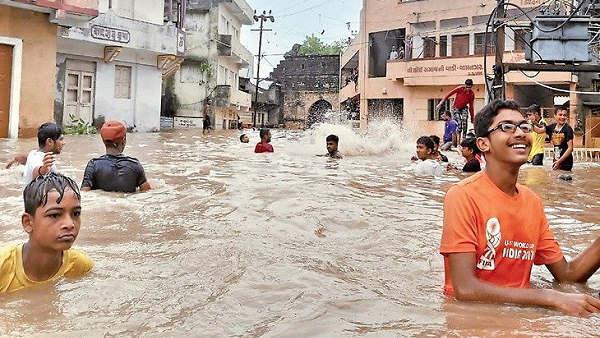 गुजरात: गलियां बनी स्विमिंग पूल, सिर्फ 18 घंटों में ही बरस गया साल का एक तिहाई पानी