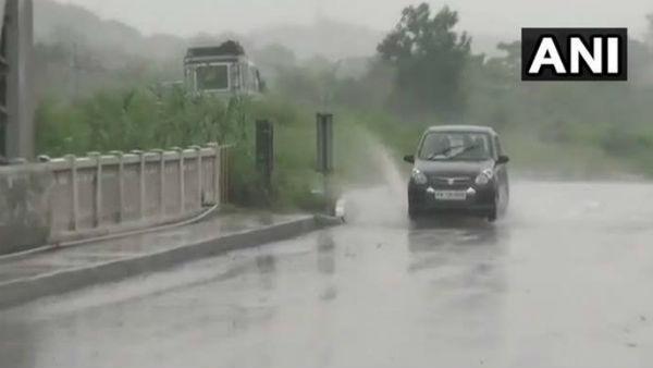 यह पढ़ें: भारी बारिश से दिल्ली परेशान, IP फ्लाईओवर का रास्ता बंद, 7 राज्यों में Rain Alert