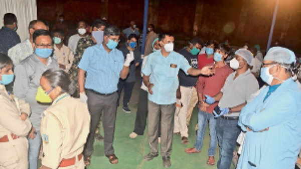 Dhanbaad clash between doctors and policemen for late during corona test