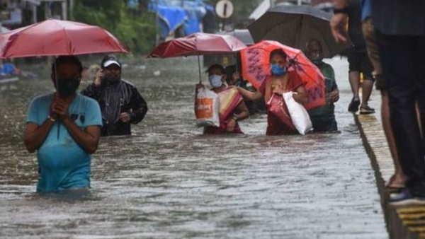 मुंबई की बारिश में रोते बेबस ...