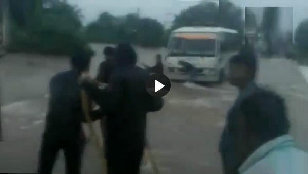 बारिश से पनपी बाढ़, गुजरात में तेज बहाव के आगे ऐसे तपाक से डूब गया ट्रक, दंग रह जाएंगे देखकर