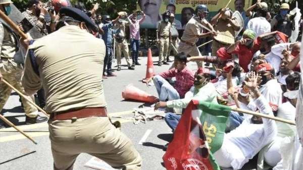 JEE—NEET 2020: प्रदर्शन कर रहे सपा कार्यकर्ताओं पर लाठीचार्ज, अखिलेश ने कहा- ये 'खूनी हमला' है..