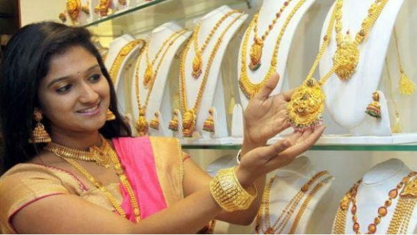 खुशखबरी: दशहरा-दिवाली से पहले और सस्ता हुआ सोना, आज फिर गिरे चांदी के दाम