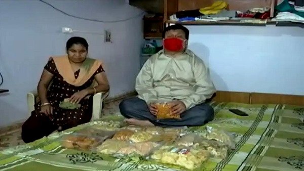 gujarats aatmanirbhar couple: physically Disabled husband wife now selling salty, when lost their jobs in corona lockdown