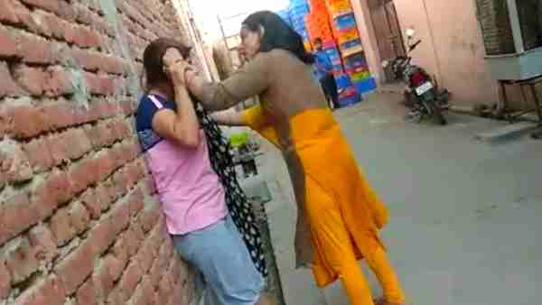Haryanvi singer Renu Chaudhary was beaten by a woman in hapur