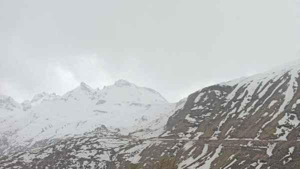 बारामूला, बदरीनाथ और रोहतांग की पहाड़ियों पर हुई सीजन की पहली बर्फबारी, मौसम हुआ सर्द