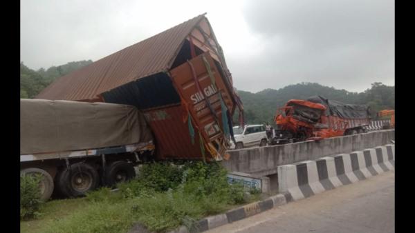 Udaipur Accident Video : गोगुन्दा-पिंडवाडा हाईवे पर एक साथ टकराए 13 ट्रेलर, दो लोगों की मौत<br/>
