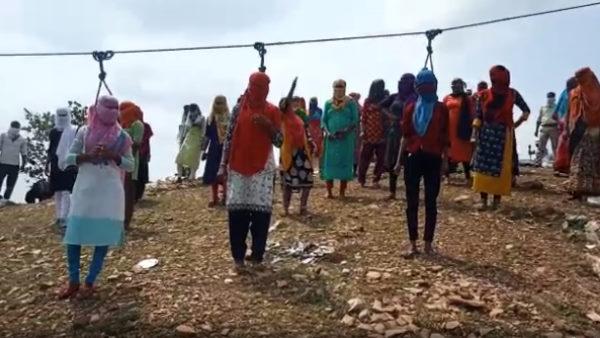 Rajasthan : डूंगरपुर में बेरोजगार युवाओं ने पहाड़ी पर चढ़कर एक साथ लगा ली 'फांसी', देखें वायरल वीडियो