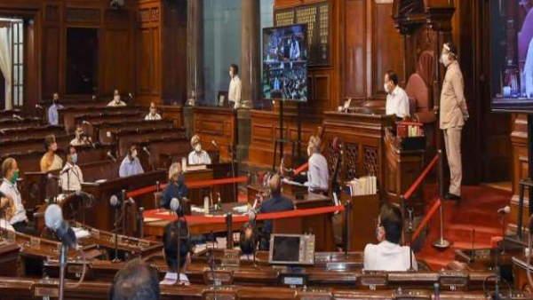 राज्यसभा में हंगामा: सांसदों ने फाड़ी रूल बुक, धरने पर भी बैठे फिर भी आधी रात तक चली संसद