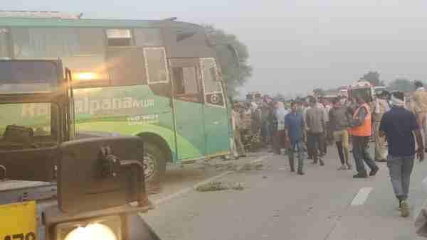 ये भी पढ़ें:- दिल्ली से कानपुर जा रही बस अलीगढ़ में पलटी, तीन यात्रियों की मौत, पांच घायल