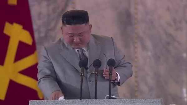 North Koreas freak dictator Kim Jong Uns tears tear from his eyes, apologizing for this reason