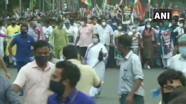 <strong>पश्चिम बंगाल सीएम ममता बनर्जी ने हाथरस घटना के विरोध में किया पैदल मार्च </strong>