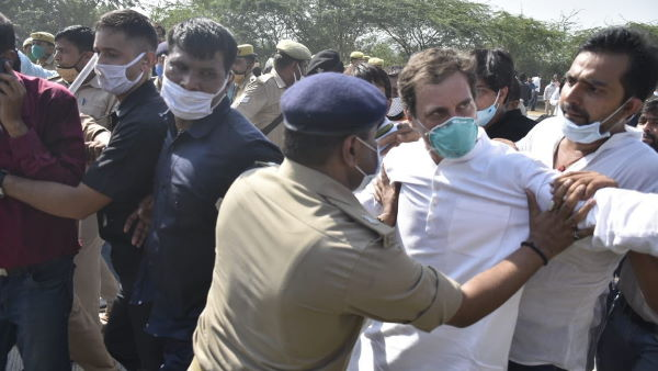 यह पढ़ें: हाथरस जा रहे राहुल गांधी के साथ पुलिस ने की धक्का-मुक्की, जमीन पर गिरे