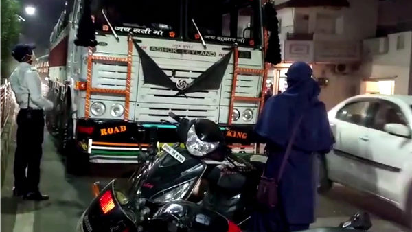 Rajasthans truck entered no entry in MP, Lady constable taught driver a lesson by Scooty