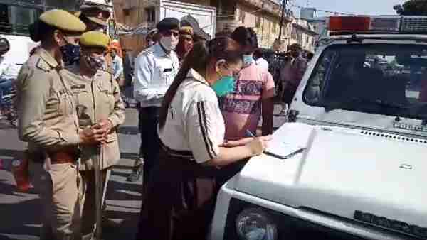 Rampur topper daughters became police officers, cut challans of vehicles