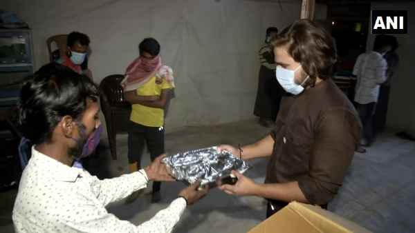 Navratri 2020: Delhis restaurant owners are distributing food among Rohingyas