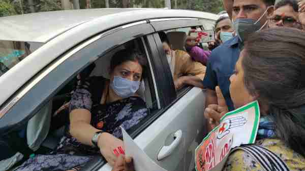 Youth Congress women protest against Union Minister in Varanasi