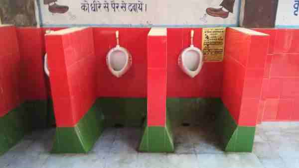 ये भी पढ़ें:- गोरखपुर: रेलवे अस्पताल के शौचालय में लगी लाल और हरे रंग की टाइल्स, सपा ने की तुरंत एक्शन की मांग