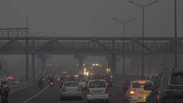 Delhi Pollution: दिल्ली में प्रदूषण से और जहरीली हुई हवा, लोगों को सांस लेने में दिक्कत और आंखों में जलन