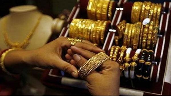 Gold-Silver Price: सोना खरीदने का अच्छा मौका, 7800 रु गिरे दाम, चांदी 15400 रु हुई सस्ती