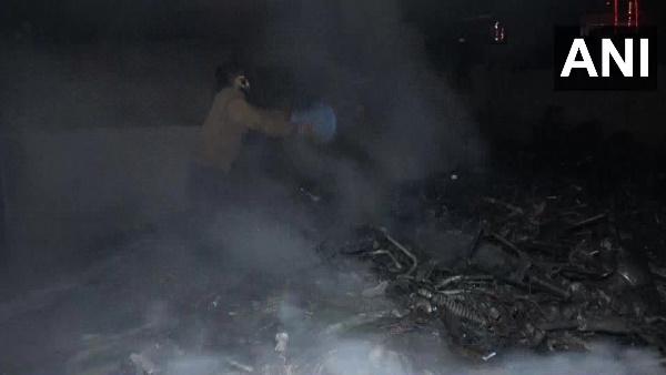 दिवाली के दिन देश के कई हिस्सों में आगजनी की घटनाएं, जम्मू-कश्मीर में बाइक शोरूम जलकर खाक