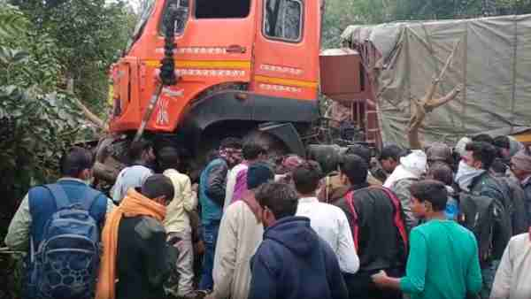 many people dies after truck crushes auto in firozabad