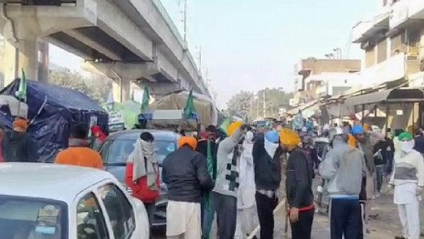 हरियाणा: दिल्ली बॉर्डर वाली सड़क खुदी, लेकिन नहीं रुका किसानों का जत्था, किसान नेता चढ़ूरी बोले- अन्नदाता जाग चुका है, अब चुप नहीं बैठेगा