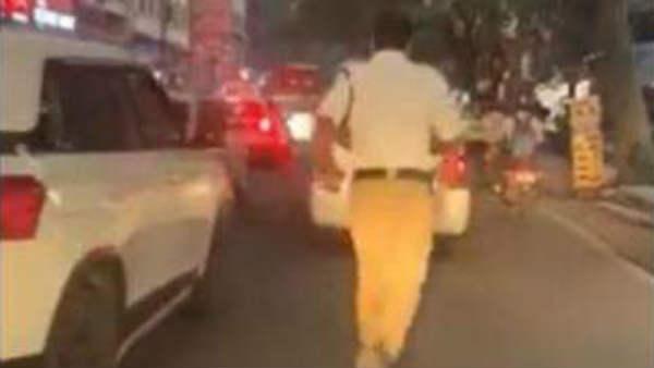 जाम में फंसी एंबुलेंस को भीड़ से निकालने के लिए 2 KM तक दौड़ा ट्रैफिक कॉन्सटेबल, देखिए VIDEO