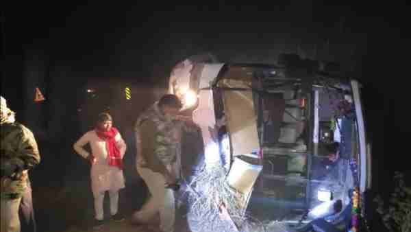 Accident of private bus in Mainpuri 29 passengers in hopital