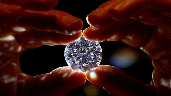 गजब: हीरे के अंदर मिला एक और हीरा, 80 करोड़ साल पुराने हीरे की चमक देख फटी रह जाएंगी आंखें, एक्सपर्ट भी दंग