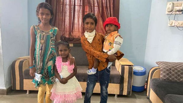 पिता घर छोड़ चला गया, 4 माह पहले मां की भी मौत हो गई, 4 मासूमों का दुखड़ा सुन पुलिस के आए आंसू, दिया रहना-खाना