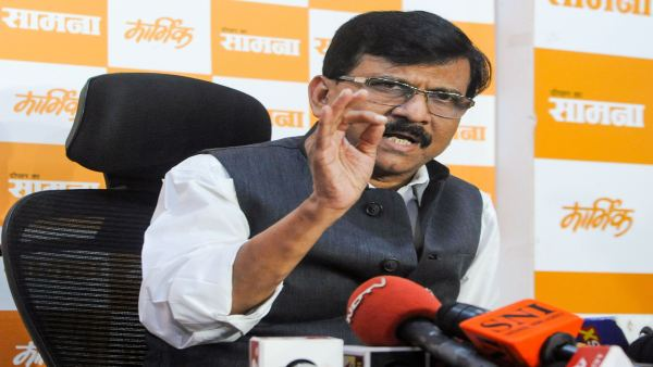 अर्नब गोस्वामी की गिरफ्तारी पर शिवसेना की दो टूक, 'मुंबई पुलिस सिर्फ कानून का पालन कर रही है'