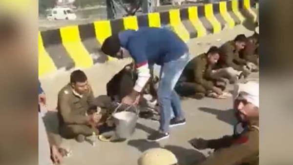 Farmers Protest: आंसू गैस, वाटर कैनन के बीच किसानों ने पुलिसकर्मियों को खिलाया खाना, तस्वीरें वायरल