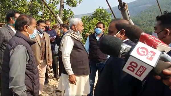 नालंदाः ग्लास ब्रिज का निरीक्षण करने पहुंचे सीएम नीतीश कुमार, कहा- मार्च में हो जाएगा तैयार