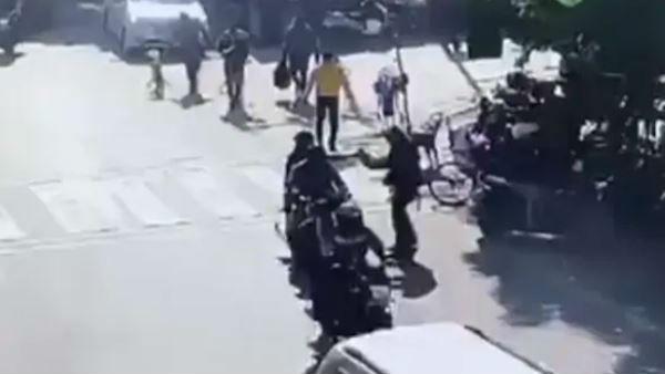 Video: दिन-दहाड़े बीच सड़क पर प्रॉपर्टी डीलर की गोली मारकर हत्या, कैमरे में कैद हुई वारदात