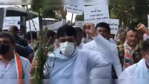 गुजरात की राजधानी में किसानों के समर्थन में कांग्रेस का प्रदर्शन, कहा- जो फसलें बर्बाद हुई, उसका मुआवजा भी दे सरकार