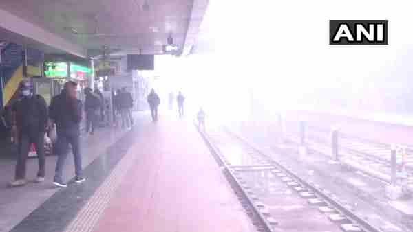 ठंडी हवाओं और कोहरे ने उत्तर प्रदेश में बढ़ाई गलन, बस अड्डे और रेलवे स्टेशनों पर अलाव की व्यवस्था नहीं